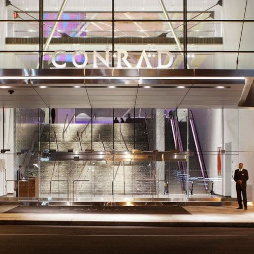 Located in Battery Park City, Conrad New York offers a warm welcome with 5 star service.